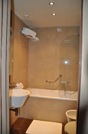 Tuscany Inn Hotel: bathroom