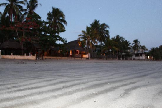 Hotel Le Zahir Lodge Nosy Be : spiaggia in notturno