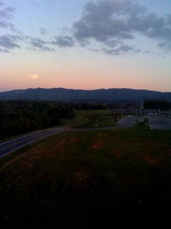 Country Inn & Suites By Carlson, Wytheville: VIEW OF THE MOUNTAINS