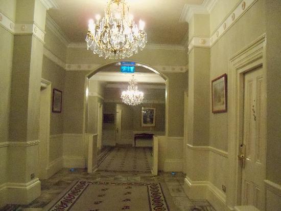 Hotel Meyrick: Hotel Hallway to Rooms