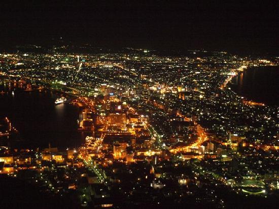 Hakodate, Japan: 函館と言えばやっぱり函館山から見た夜景ですね~ この日はお天気も良くて、バッチリ見えました♪ ホントにロマンチックで素敵な気色でしたよ。