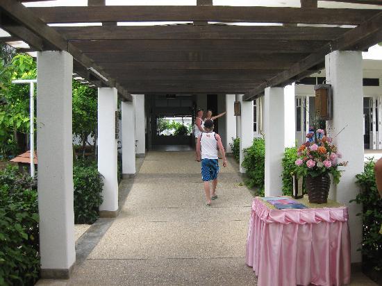 Ao Nang Beach Resort: The hallway leaving breakfast