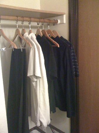 Econo Lodge - Mayo Clinic Area: closet