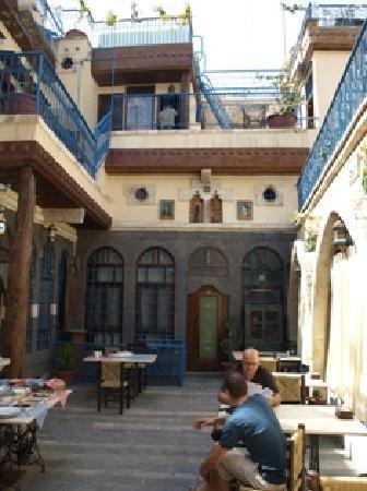 Hanania Hotel: Courtyard restaurant