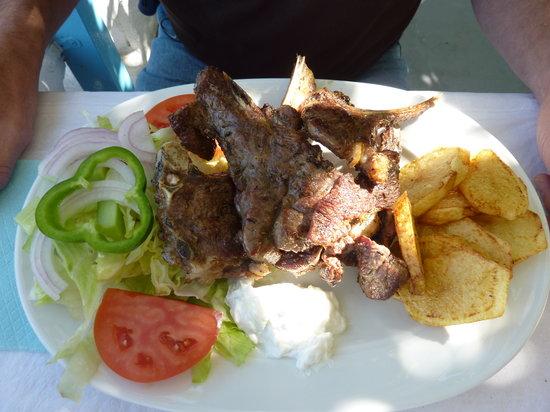 Taverna Zia Kostas: himmlische frische Lammkotletts, die Portion war kaum zu schaffen