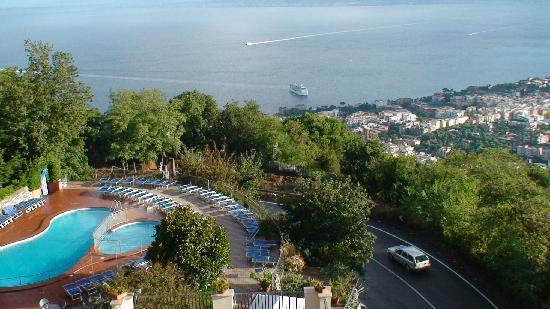 Grand Hotel Hermitage & Villa Romita: vue sur la piscine et Sorrente