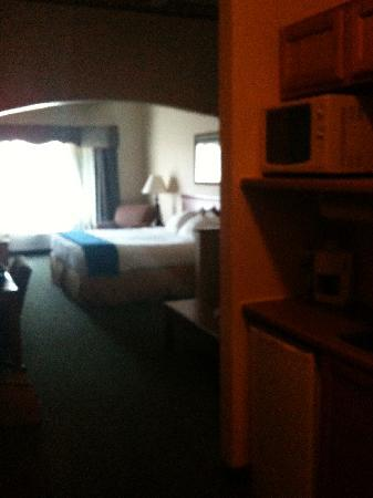 Holiday Inn Express & Suites Clinton: Long shot of room