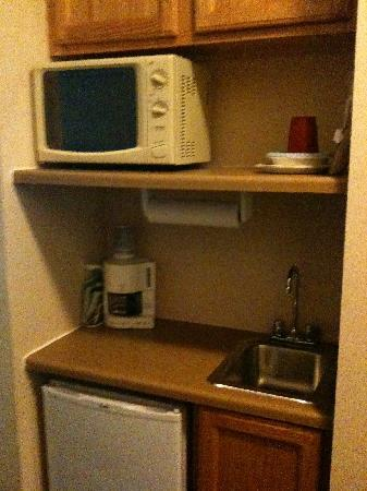 Holiday Inn Express Clinton: Microwave/microfridge/plasticware/mini sink