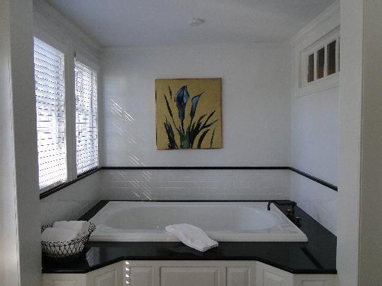 Hadley Suite Bathtub