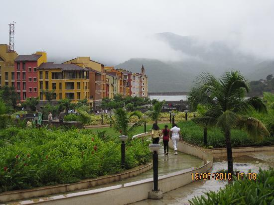 Fortune Select Dasve, Lavasa: Hotel's Garden and Beautiful fog as a topping!!