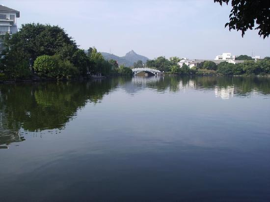 Huashun Business Hotel: Lake at end of Wumei Lu in Guilin