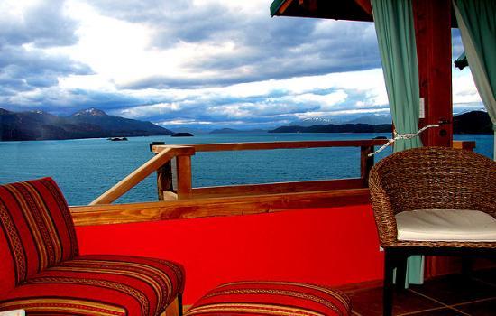 Apart Hotel Cabanas Balcon al Lago: Frente a la Isla Vitoria y a 2 kmts del Hotel Llao Llao