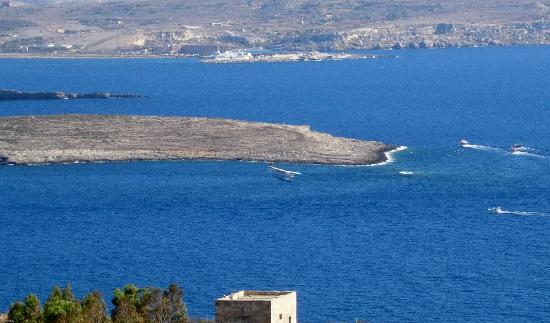 Ferrieha Farmhouse B&B Gozo: Seaplane landing between Gozo and Comino, taken from our terrace