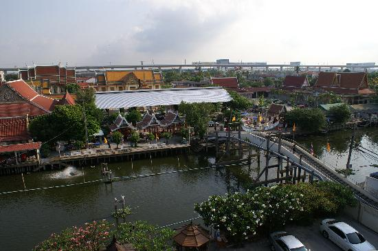 Queen's Garden Resort at River View: Blick vom Hoteldach auf die gegenüberliegende Tempelanlage