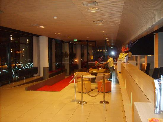 Hotel Foyer Amsterdam : The hotel looks better inside picture of ibis