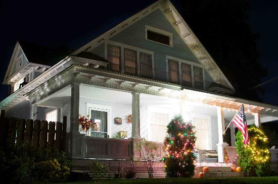 Apple Country Inn: Cheery at night
