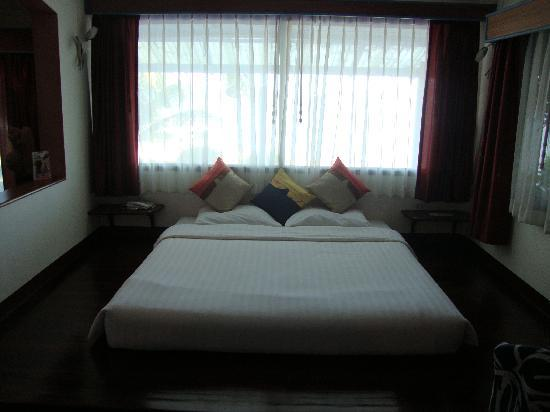 Ao Chalong Villa & Spa: Our bed and the sea view above our heads