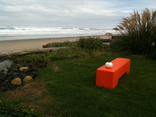 Ocean Point Inn & Spa: small grassy area right in front of the B&B