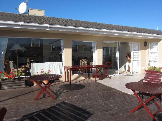 Dolphins' Playground Beachfront B & B: Terrasse und Eingang zu den Zimmern