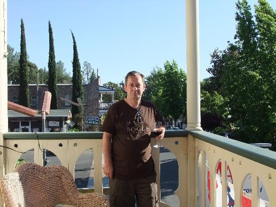 Jamestown, Californië: Enjoying a glass of wine on the balcony