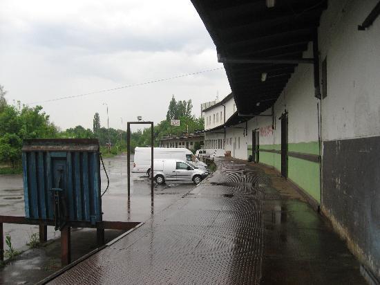 Hostel ABEX: entrée de l'hôtel et parking