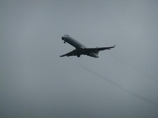 Holiday Inn Express München Messe: 間近を飛ぶ飛行機。でも、音は気になりません