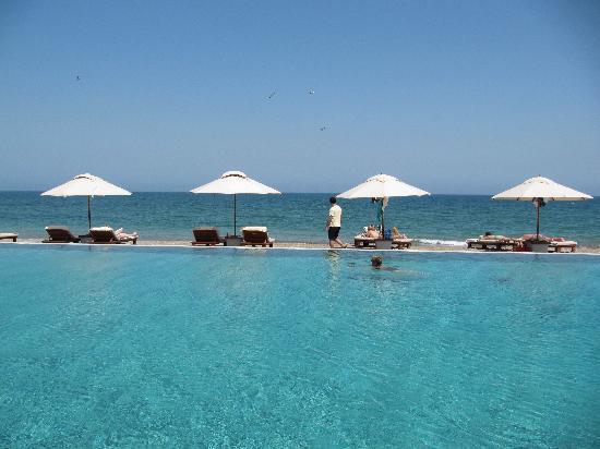 فندق تشيدى مسقط: Adult's only pool and beach on background