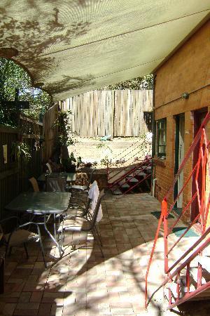 Kookaburra Inn: Petite allée pavée menant aux chambres