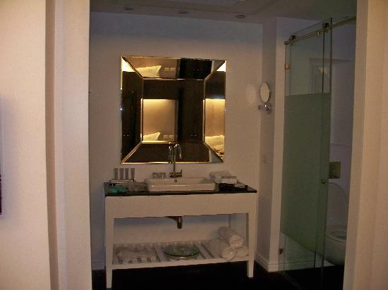 Leonardo Boutique Hotel Tel Aviv: The Bathroom facing the bed