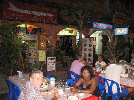 At Phuket Inn: Restaurant vor den Baan Karaket