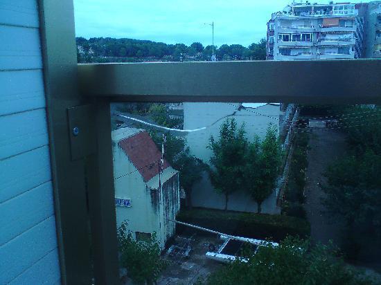 Hotel Golden Port Salou: broken glss un safe for kids