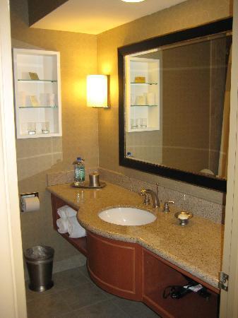 Le Parc Suite Hotel: Bath room sink