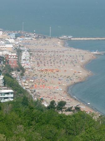 Giovanna Regina Hotel: Blick vom Gabicce Monte (das Hotel Giovanna Regina ist das rote Gebäude am Strand)