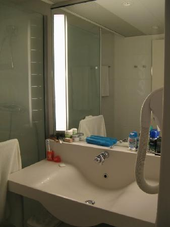 Valbonne, Frankrike: nice sink and a heated mirror