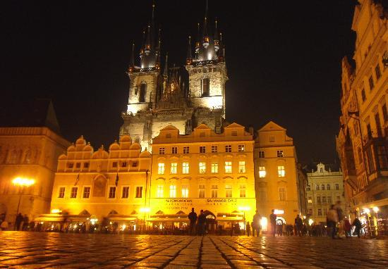 Lida Guest House: Night time in the old town square