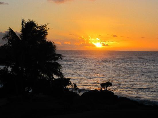 Poipu Sands Condominuims: Beautiful sunrise from the Lanai
