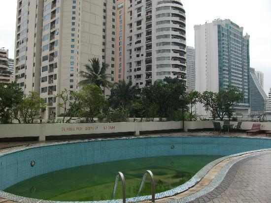 Royal Parkview Hotel: Pathetic swimming pool