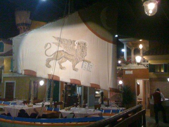 Mirano, Italie : La vela di una barca con lo stemma di Venezia