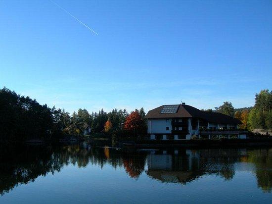 Renon, Italia: L'hotel Am Wolfsgruberesee affacciato sul lago