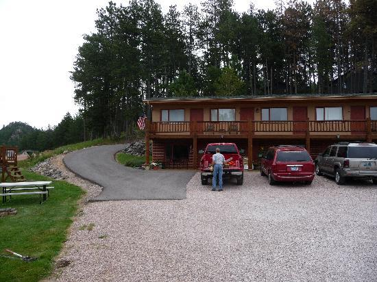 Mountain View Lodge & Cabins : owner, lodge, and road to cabins
