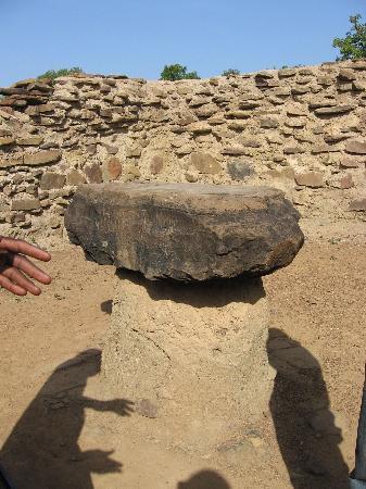 Larabanga Mosque : Der mystische Stein - The mystic stone