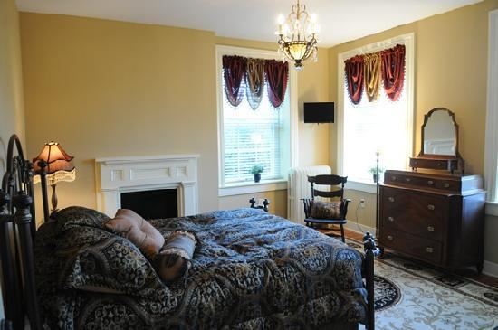 Grantville, PA: Queen-size bed; private bath