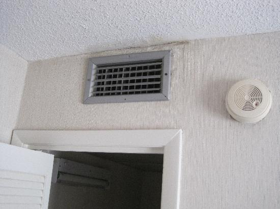 Treasure Shores Beach Club: Mold above AC vent