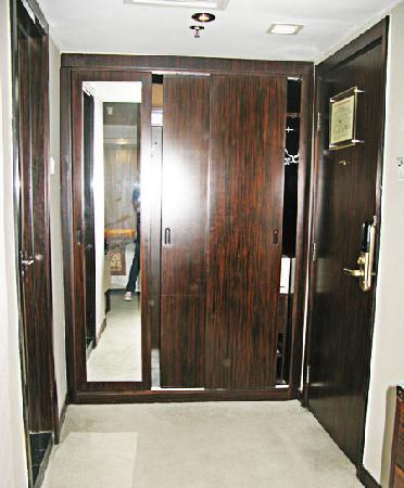 شا تان هوتل: full length mirror