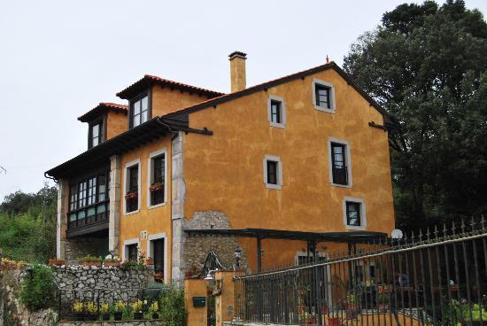 Hotel Rural Alfoz de Rondiella: Casa por fuera