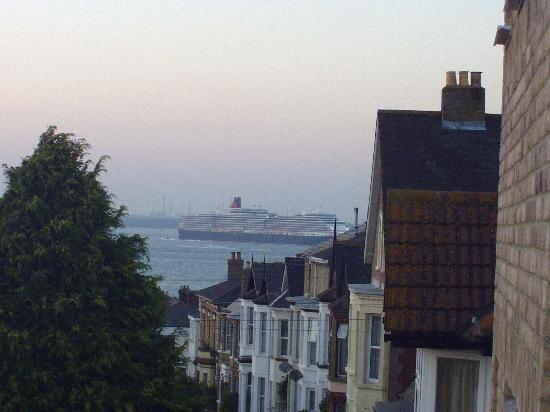 Annie's B&B: View from room 5 of sea and QE on maiden voyage