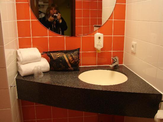 B&B Hotel Koblenz: Waschtisch