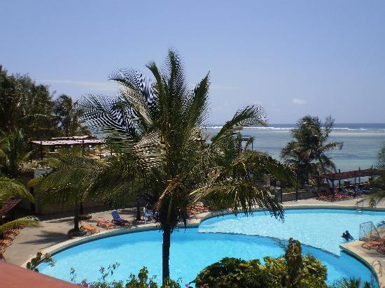 Leopard Beach Resort & Spa: The stunning pool - always in perfect condition