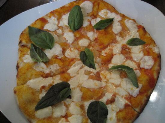 Spiaggia: Wonderfully simple pizza I enjoyed.