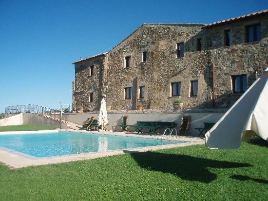 Agriturismo Il Poggione: Swimming pool behind building
